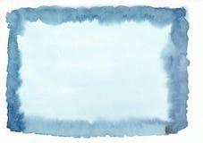 Συρμένο χέρι υπόβαθρο κλίσης watercolor νερού μπλε οριζόντιο Το μέσο μέρος είναι ελαφρύτερο από άλλες πλευρές της εικόνας Στοκ φωτογραφία με δικαίωμα ελεύθερης χρήσης