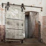Συρόμενη βαριά βιομηχανική πόρτα μετάλλων στην παλαιά αποθήκη εμπορευμάτων Στοκ εικόνες με δικαίωμα ελεύθερης χρήσης