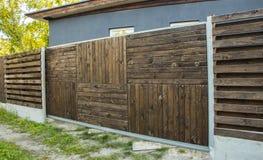 Συρόμενη πόρτα ξύλινη και ρόδα Στοκ Φωτογραφία