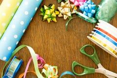Συσκευάζοντας δώρα σε έναν ξύλινο πίνακα Γενέθλια, διακόσμηση, Χριστούγεννα και hanukkah έννοια στοκ φωτογραφία με δικαίωμα ελεύθερης χρήσης