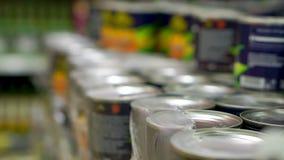 Συσκευάζοντας κονσερβοποιημένα φρούτα Στάση σε ένα ράφι στο κατάστημα Εκλεκτική εστίαση απόθεμα βίντεο