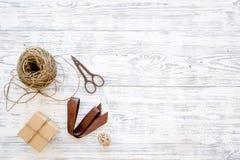 Συσκευάζοντας δώρο Κιβώτια δώρων, sciccors, λεπτό σκοινί, κορδέλλα στην γκρίζα ξύλινη τοπ άποψη υποβάθρου copyspace Στοκ φωτογραφίες με δικαίωμα ελεύθερης χρήσης