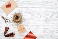 Συσκευάζοντας δώρο Κιβώτια δώρων, sciccors, λεπτό σκοινί, κορδέλλα στην γκρίζα ξύλινη τοπ άποψη υποβάθρου copyspace Στοκ Εικόνες