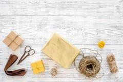 Συσκευάζοντας δώρο Κιβώτια δώρων, sciccors, λεπτό σκοινί, κορδέλλα στην γκρίζα ξύλινη τοπ άποψη υποβάθρου copyspace Στοκ εικόνα με δικαίωμα ελεύθερης χρήσης