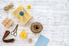 Συσκευάζοντας δώρο Κιβώτια δώρων, sciccors, λεπτό σκοινί, κορδέλλα στην γκρίζα ξύλινη τοπ άποψη υποβάθρου copyspace Στοκ Εικόνα
