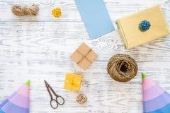 Συσκευάζοντας δώρο Κιβώτια δώρων, sciccors, λεπτό σκοινί, κορδέλλα στην γκρίζα ξύλινη τοπ άποψη υποβάθρου copyspace Στοκ φωτογραφία με δικαίωμα ελεύθερης χρήσης