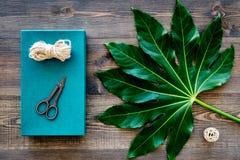 Συσκευάζοντας δώρο Τυρκουάζ κιβώτιο δώρων, sciccors, λεπτό σκοινί στη σκοτεινή ξύλινη τοπ άποψη υποβάθρου Στοκ φωτογραφία με δικαίωμα ελεύθερης χρήσης