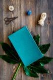 Συσκευάζοντας δώρο Τυρκουάζ κιβώτιο δώρων, sciccors, λεπτό σκοινί στη σκοτεινή ξύλινη τοπ άποψη υποβάθρου Στοκ Εικόνες