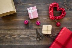 Συσκευάζοντας δώρο Χρωματισμένα κιβώτια δώρων, sciccors, λεπτό σκοινί στη σκοτεινή ξύλινη τοπ άποψη υποβάθρου copyspace Στοκ εικόνα με δικαίωμα ελεύθερης χρήσης