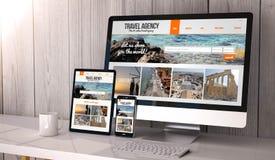 Συσκευές απαντητικές στο ταξιδιωτικό γραφείο χώρου εργασίας on-line Στοκ εικόνες με δικαίωμα ελεύθερης χρήσης