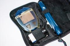 Συσκευές για το επίπεδο γλυκόζης στο αίμα, τη λουρίδα δοκιμής και το νυστέρι Στοκ φωτογραφία με δικαίωμα ελεύθερης χρήσης