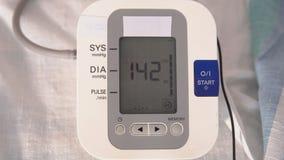 συσκευές ιατρικές Ηλεκτρονικός μετρητής πίεσης κατά τη λειτουργία απόθεμα βίντεο