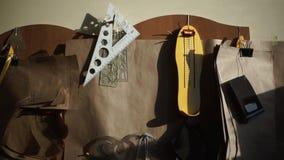 Συσκευές και όργανα σχεδίων σχεδιαστών στον τοίχο στην αρχή φιλμ μικρού μήκους