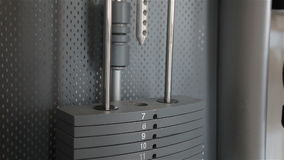 Συσκευές κατάρτισης δύναμης με τα διαφορετικά βάρη σε μια λέσχη ικανότητας απόθεμα βίντεο