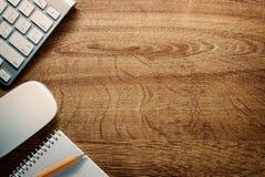 Συσκευές, μολύβι και σημειώσεις για το γραφείο με το διάστημα αντιγράφων Στοκ Εικόνα