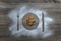 Συσκευές στις ξύλινες υποβάθρου αλευριού κονιοποιημένες σκόνη χιονιού σκιαγραφιών πιάτων πιάτων δικράνων μαχαιριών που χύνονται τ Στοκ φωτογραφίες με δικαίωμα ελεύθερης χρήσης
