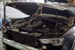 Συσκευή για την κουκούλα μετά από ένα ατύχημα στοκ φωτογραφία