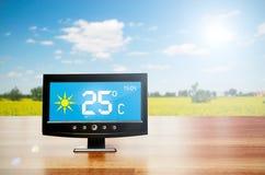 Συσκευή καιρικών σταθμών με τις καιρικές συνθήκες στοκ φωτογραφίες