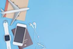 Συσκευή και αντικείμενο ταξιδιού στο μπλε διάστημα αντιγράφων για το έμβλημα αφισών Στοκ εικόνες με δικαίωμα ελεύθερης χρήσης