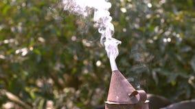 Συσκευή καπνιστών ή εργαλείο του κατασκευαστή μελισσών για την απόκρουση των κακών μελισσών φιλμ μικρού μήκους