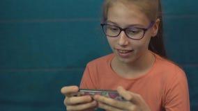Συσκευή παιχνιδιών κοριτσιών εφήβων με τις συγκινήσεις απόθεμα βίντεο