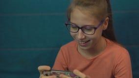 Συσκευή παιχνιδιών κοριτσιών εφήβων με τις συγκινήσεις φιλμ μικρού μήκους