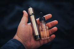 Συσκευή Vaping μέσα στο χέρι ατόμων ` s Ηλεκτρονικό τσιγάρο, vape Στοκ Φωτογραφία