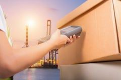 Συσκευασία ανίχνευσης στην αποθήκη εμπορευμάτων Στοκ Εικόνες