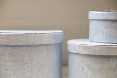 Συσκευασία για τα ενδύματα και τα καπέλα Μεγάλα και μικρά κιβώτια Παλαιό σχέδιο Συσκευασία για τα καπέλα στενή σύσταση αχύρου επά Στοκ φωτογραφίες με δικαίωμα ελεύθερης χρήσης