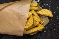 Συσκευασία εγγράφου με τις τηγανιτές πατάτες στοκ φωτογραφίες