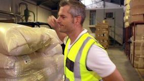 Συσκευασία εργαζομένων αποθηκών εμπορευμάτων επάνω μια παλέτα απόθεμα βίντεο