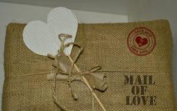 Συσκευασία με το ΤΑΧΥΔΡΟΜΕΙΟ καρδιών και γραμματοσήμων της ΑΓΑΠΗΣ στοκ εικόνα με δικαίωμα ελεύθερης χρήσης