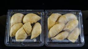 συσκευασία πλαστικών εμπορευματοκιβωτίων με το πλήρες μεγάλο κίτρινο durian εσωτερικό βασιλιάδων 12 δώδεκα που απομονώνεται στο Μ στοκ φωτογραφίες με δικαίωμα ελεύθερης χρήσης