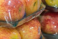 Συσκευασία της Apple έτοιμη για την πώληση στην υπεραγορά Στοκ Φωτογραφίες