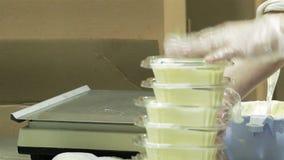 Συσκευασία του βουτύρου στο γαλακτοκομείο απόθεμα βίντεο