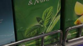Συσκευασία του πράσινου τσαγιού με τη μέντα, κινηματογράφηση σε πρώτο πλάνο φιλμ μικρού μήκους