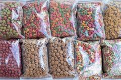 Συσκευασία τροφίμων σκυλιών στη πλαστική τσάντα για την πώληση, τρόφιμα γατών για την πώληση στο s στοκ εικόνα