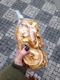 συσκευασία των μήλων στο χέρι μου Στοκ Φωτογραφίες