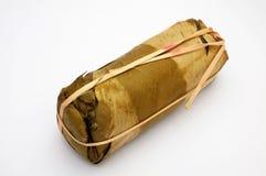 Συσκευασία των φύλλων μπανανών για το βιετναμέζικο βρασμένο στον ατμό λουκάνικο χοιρινού κρέατος Στοκ φωτογραφία με δικαίωμα ελεύθερης χρήσης