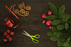 Συσκευασία Χριστουγέννων στον πίνακα Στοκ φωτογραφία με δικαίωμα ελεύθερης χρήσης