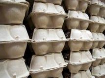 Συσκευασίες με τα αυγά κοτόπουλου στο ράφι του καταστήματος Στοκ Φωτογραφίες