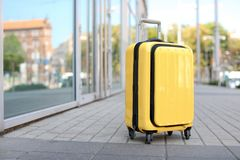 Συσκευασμένος κίτρινος συνεχίζει τη βαλίτσα στοκ εικόνα με δικαίωμα ελεύθερης χρήσης