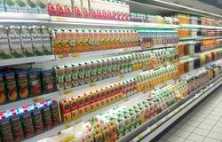 Συσκευασμένος και μπουκάλι της επίδειξης ποτών χυμού στο κατεψυγμένο ράφι στις υπεραγορές στοκ εικόνα με δικαίωμα ελεύθερης χρήσης