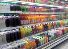 Συσκευασμένος και μπουκάλι της επίδειξης ποτών χυμού στο κατεψυγμένο ράφι στις υπεραγορές στοκ εικόνες