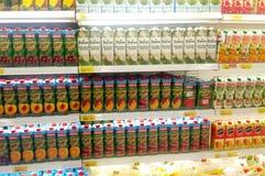 Συσκευασμένος και μπουκάλι της επίδειξης ποτών χυμού στο κατεψυγμένο ράφι στις υπεραγορές στοκ φωτογραφία