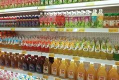 Συσκευασμένος και μπουκάλι της επίδειξης ποτών χυμού στο κατεψυγμένο ράφι στις υπεραγορές στοκ φωτογραφίες με δικαίωμα ελεύθερης χρήσης