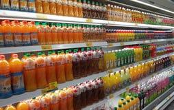 Συσκευασμένος και μπουκάλι της επίδειξης ποτών χυμού στο κατεψυγμένο ράφι στις υπεραγορές στοκ φωτογραφίες