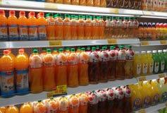 Συσκευασμένος και μπουκάλι της επίδειξης ποτών χυμού στο κατεψυγμένο ράφι στις υπεραγορές στοκ εικόνες με δικαίωμα ελεύθερης χρήσης