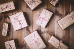 Συσκευασμένος με τα αγροτικά χριστουγεννιάτικα δώρα εγγράφου στοκ εικόνες