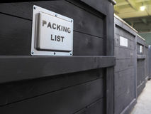 Συσκευασμένος στο σκοτεινό ξύλινο κιβώτιο φορτίου Η συσκευασία των αγαθών Ειδική μεταχείριση καταλόγων συσκευασίας της ξύλινης συ στοκ εικόνα
